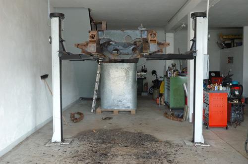 Land Rover Rahmen auf der Hebebühne